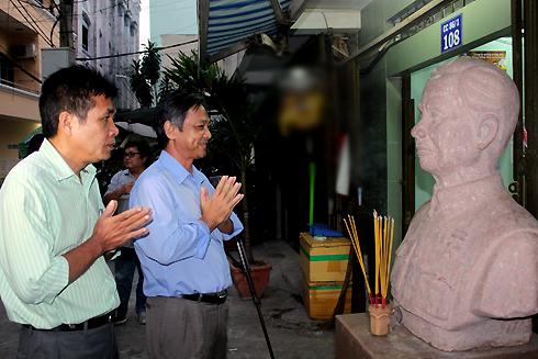 Từ trái qua: nhà thơ Lê Minh Quốc và nhà thơ Phạm Hồng Danh khấn tượng trước ngày di dời về trường học.