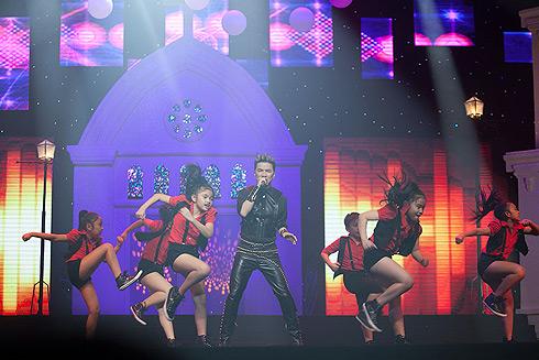 Khi lại khuấy động sân khấu về đêm với loạt ca khúc dance remix sôi động Con yêu, niềm đau chôn dấu, Chén đắng, Tàn tro&