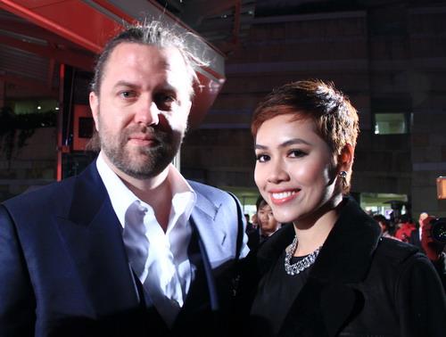 """Đạo diễn Carl Rinsch và Hoàng My trên thảm đỏ lễ ra mắt toàn cầu bom tấn """"47 Ronin"""" tại Tokyo, Nhật Bản hồi cuối tháng 11."""