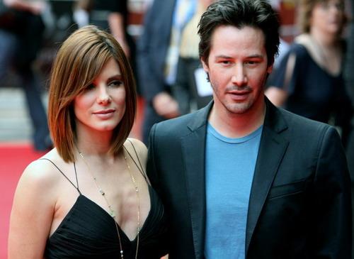 """Keanu Reeves bên Sandra Bullock. Cả hai trở thành những ngôi sao lớn nhờ phim hành động """"Speed""""."""