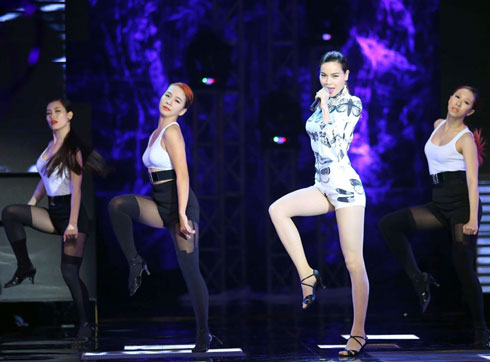 Hồ Ngọc Hà gợi cảm trong vũ điệu sôi động.