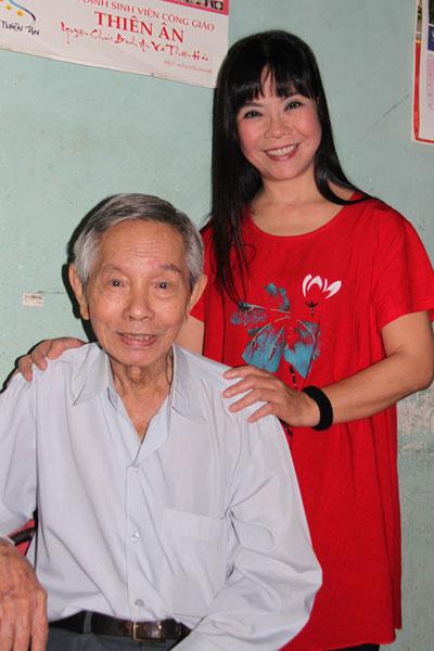 Ánh Tuyết đến thăm nhạc sĩ Thanh Bình.