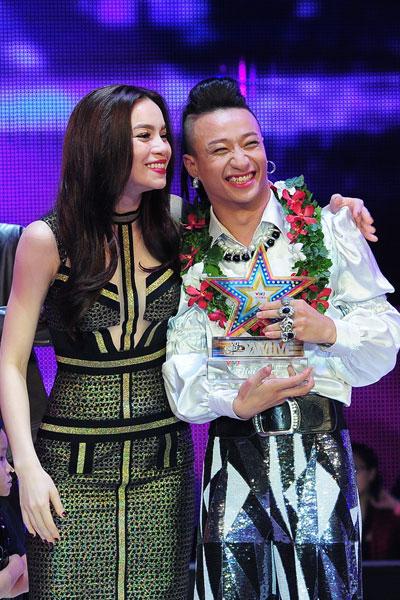 Hồ Ngọc Hà chúc mừng Tô Lâm đoạt giải nhì chung cuộc.
