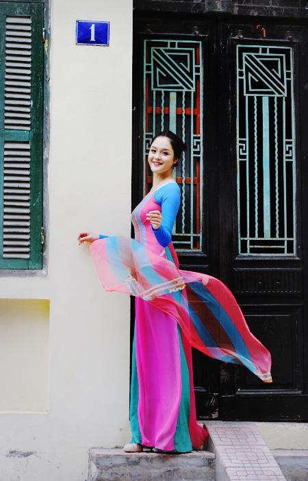 Kết cấu và những mảng mầu đẹp nhất của hoa Xuân vào áo dài bằng kỹ thuật in hiện đại trên chất liệu tơ truyền thống! Sự trong trẻo của mầu sắc và chất liệu làm tà áo càng nhẹ nhàng và mềm mại hơn