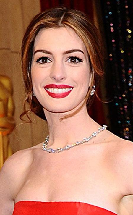 Anne Hathaway với vòng cổ kim cương 94 carat, trị giá 10 triệu USD của hãng Tiffany & Co. Lucida Star tại Oscar 2011.