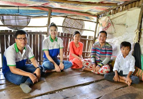 mỗi huyện 1 em và 10.000.000 1 em) người đẹp đến thăm hỏi hoàn cảnh gia đình các em học giỏi nhưng do gia đình quá nghèo không thể cho các em đi học được nữa.