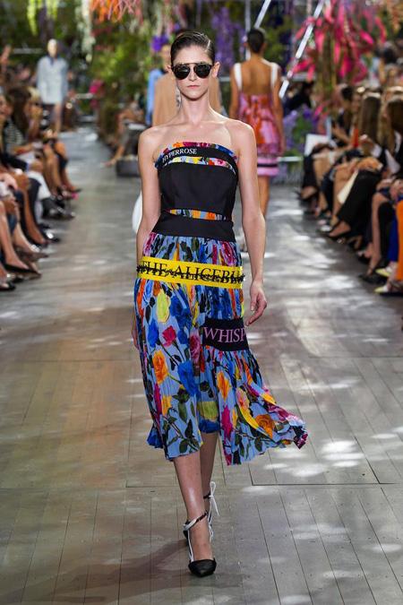 Cách thiết kế này lặp đi lặp lại trong nhiều bộ trang phục của Dior, tạo nên khu vườn nhiệt đới sống động.