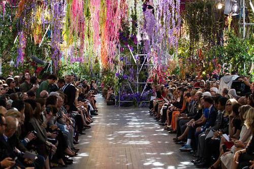 Dường nhưDior đãtìm được người kế thừa xứng đáng kể từ khi phải sa thải nhà thiết kế gạo cội lắm tài nhiều tật John Galliano vì say xỉn và phân biệt chủng tộc. Sau những căn phòng hoa lãng mạnđược trang hoàng cầu kỳ với nhiều màu sặc sỡ, sân khấu của Dior năm nay đượcRaf Simons sắp đặt như một khu vườn treovới muôn hoa đua nở, thể hiện đúng tinh thần củabộ sưu tập xuân hè 2014.