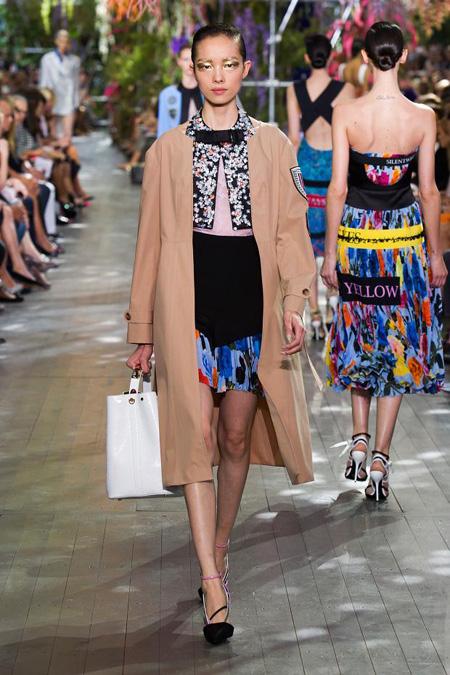 Simons đã làm mới tôn chỉ thiết kế của Dior với phong cách tối giản thanh lịch, sử dụng những gam màu rực rỡ và trang trí khéo léo.
