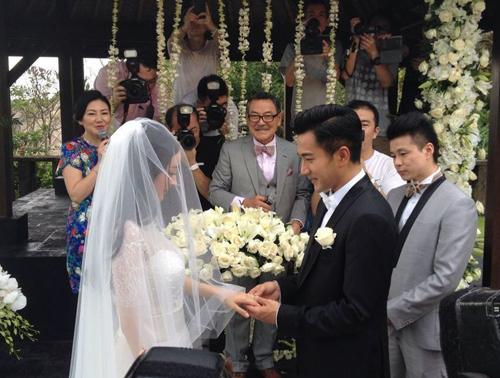 Cặp tình nhân trao nhẫn cưới.