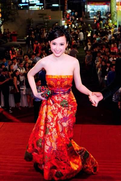 Tham gia một sự kiện tối 7/1, Phương Trinh gây chú ý trên thảm đỏ với bộ trang phục dạ hội lộng lẫy của nhà thiết kế Lê Thanh Hòa.