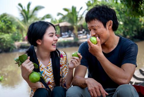 Vân Trang (trái) và Quý Bình trong phim truyền hình 'Sông dài' vừa phát sóng trên truyền hình.