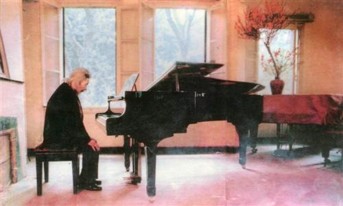 Cố nhạc sĩ Văn Cao bên cây đàn dương cầm. Ảnh: st.