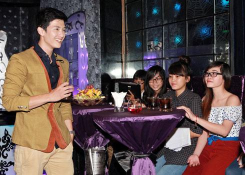 Hiện tại Huỳnh Anh đang quay bộ phim Hương ga của đạo diễn Cường Ngô. Trong phim anh vào vai chàng công an nghiêm túc và là mối tình đầu của Chi Pu.  Bài viết: http://news.zing.vn/Huynh-Anh-doc-sach-uong-bia-sau-chia-tay-Ky-Han-post383900.html  Nguồn Zing News
