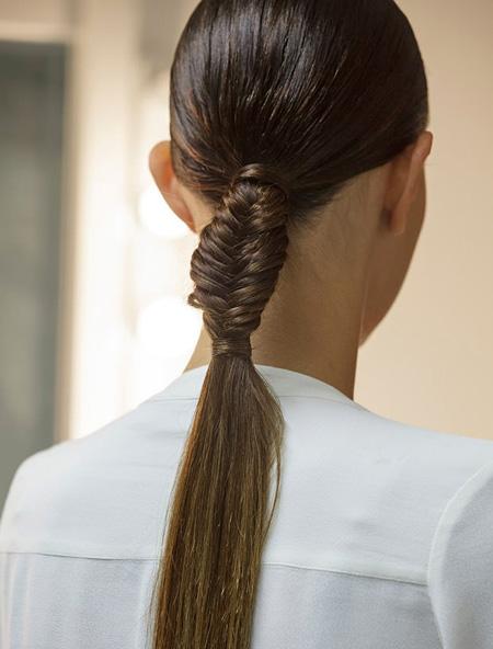 4. Bím đuôi cá kết hợp đuôi ngựa Sự đơn giản nhưng thanh lịch là đặc điểm của kiểu tóc này, đặc biệt đối với những cô nàng công sở chuộng tóc buộc đuôi ngựa đơn giản nhưng vẫn muốn tạo sự khác biệt. Sau khi buộc đuôi ngựa cao, bạn thắt bím đuôi cá khoảng 1/4  1/5 chiều dài của phần đuôi ngựa rồi buộc lại bằng thun. Không cần tốn nhiều thời gian nhưng bạn vẫn sẽ nổi bật trong công sở với kiểu làm đẹp này.