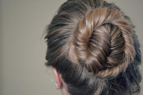 5. Bím đuôi cá quấn tròn Bạn đang tìm một kiểu tóc cho buổi tiệc đêm? Đơn giản chỉ cần thắt bím đuôi cá và quấn nhẹ quanh phần gốc, cố định bằng kẹp tăm để giả làm tóc búi. Bạn có thể dùng gel để giữ tóc vào nếp hoặc để một chút lòa xòa để tạo dáng vẻ tự nhiên.
