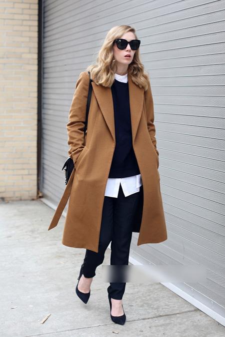 Carolina Engman chọn cách mix layer cùng áo khoác dài, sơ mi và áo len chui cổ. Để không bị luộm thộm, cô diện giày cao gót đơn giản.