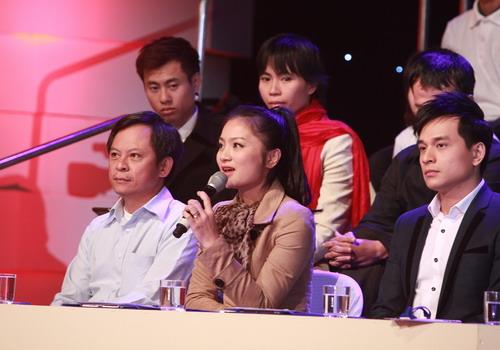 Diễn viên Diệu Hương (cầm mic) là thành viên của hội đồng bình luận trẻ tuổi.