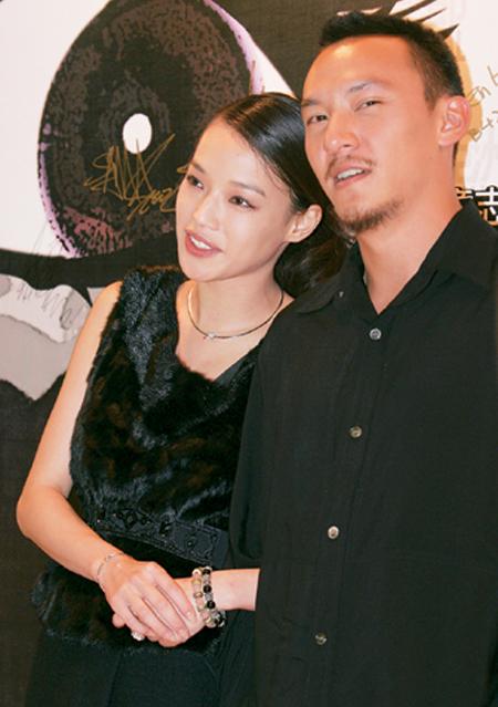 Thư Kỳ ngọt ngào bên Trương Chấn. Trong đám cưới của tài tử hồi tháng 12/2013, Thư Kỳ rơi nước mắt khi vợ Trương Chấn trao bó hoa cưới cho cô và bày tỏ