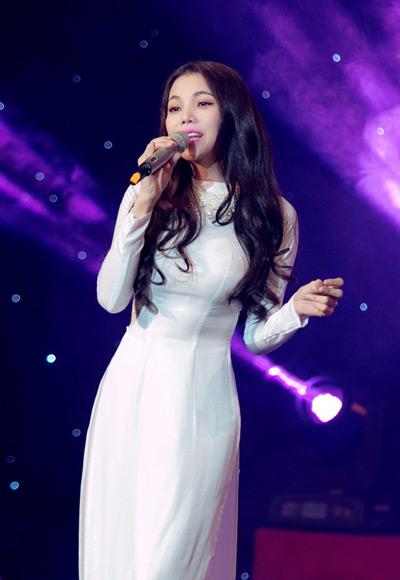 Trong đêm nhạc, cô thể hiện hai ca khúc Câu chuyện đầu năm và Ơn nghĩa sinh thành.