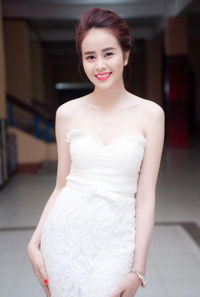 Sella Trương lại vô cùng nữ tính như một nàng công chúa.