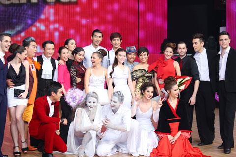 Các thí sinh vui đùa cùng ban giám khảo.