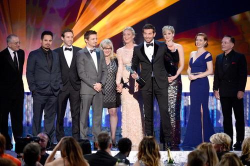 """Dàn diễn viên """"American Hustle"""" lên sân khấu nhận giải thưởng quan trọng nhất của SAGs. Ảnh: Zimbio."""
