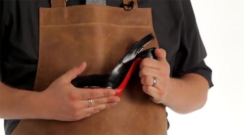 """Sở hữu một đôi giày hiệu Christian Louboutin là mơ ước của không ít phụ nữ. Tuy vậy, với sự tràn ngập của hàng nhái như hiện nay, việc phân biệt hàng """"xịn"""" là vấn đề gây đau đầu với không ít chị em."""