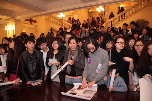 Nhiều khán giả chuẩn bị sẵn Poster và đĩa nhạc để xin chữ ký Sungha Jung.