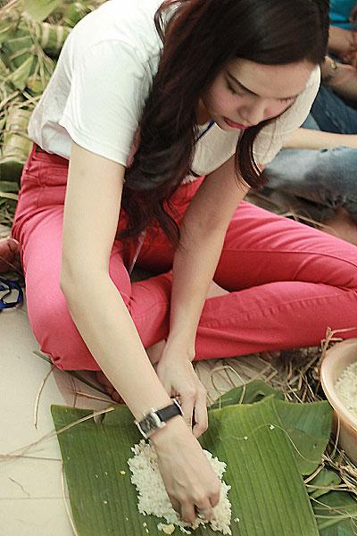 Hoa hậu Đông Nam Á Diệu Hân tập trung vào từng khâu thực hiện bánh.