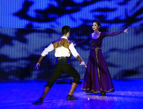 Vợ cầu thủ Thanh Bình cố gắng rất nhiều để thực hoàn chỉnh bài thi nhảy điệu