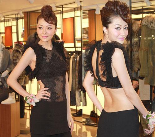 Tình cũ của Quách Phú Thành thích khoe cơ thể với đồ ren, xuyên thấu.
