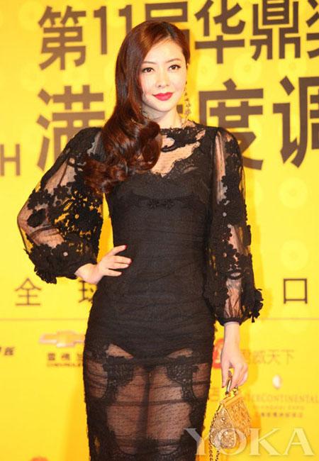 Người mẫu sinh năm tiếp tục mốt này, khi tham gia một lễ trao giải hồi cuối năm 2013.