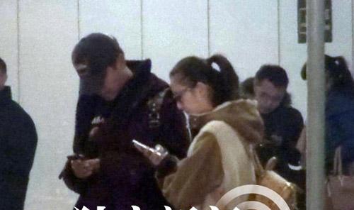 Trước đó, những hình ảnh Đồng Lệ Á, Trần Tư Thành khi về đến Bắc Kinh được đăn tải trên Sohu. Khi đứng đợi xe tới đón, cả hai cùng chăm chú với chiếc điện thoại.