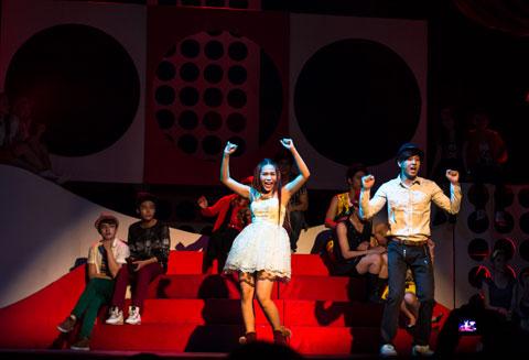 Vở nhạc kịch do đạo diễn Lê Bảo Trung làm giám đốc sản xuất, ca sĩ Hoàng Bách làm đạo diễn âm nhạc. High School Musical phiên bản Việt dự kiến công diễn hàng đêm từ mùng 4 đến 12 tết Giáp Ngọ (tức từ ngày 3.2.2014 đến 14.2.2014) tại Rạp Công nhân (TP.HCM).