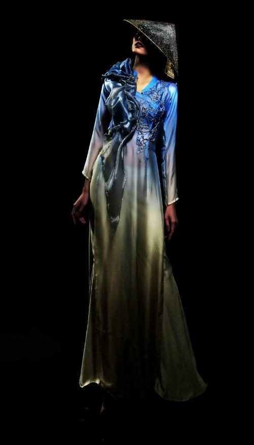 Với bộ sưu tập áo dài lần này, Quỳnh Paris không đơn thuần chỉ thiết kế áo dài cách tân như trước mà phối hợp giữa kĩ thuật tạo hình 3D và hiệu ứng tạo khối vốn được làng thời trang Mỹ ưa chuộng trong những năm qua.