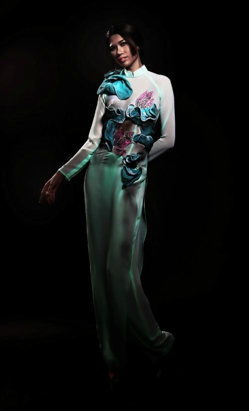 Quỳnh Paris dùng các kỹ thuật pha màu sắc, phối hợp các chất liệu vải như lụa, lụa crepe, satin, lụa gaza, metallic, brocard silk... để tạo nên những phom dáng 3D sống động cho các mẫu áo dài.