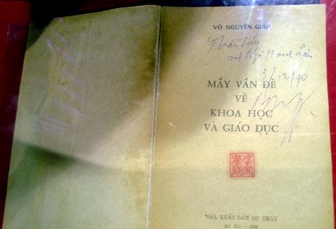 Nhiều đầu sách quý của Đại tướng Võ Nguyên Giáp được trưng bày trang trọng trong tủ kính.