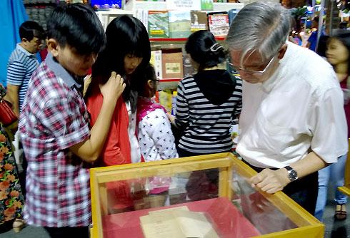 Khu triển lãm sách về Đại tướng Võ Nguyên Giáp luôn thu hút đông đảo độc giả nhiều độ tuổi.
