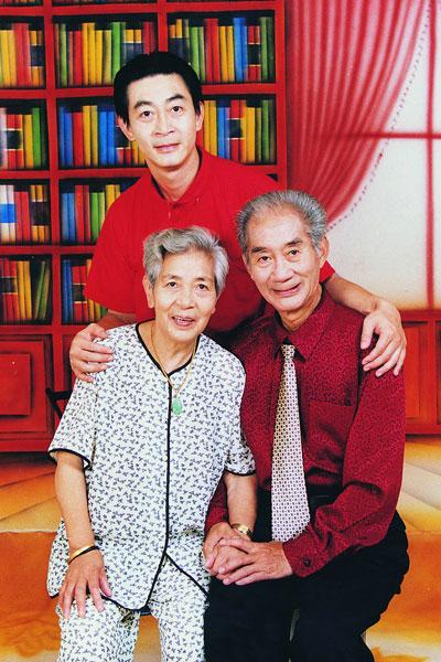 Lục Tiểu Linh Đồng bên cha mẹ.