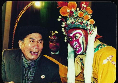 Cụ Lục Linh Đồng là nhà nghệ thuật tên tuổi Trung Quốc, từng nhiều lần hóa thân Mỹ Hầu Vương trong các vở kịch truyền thống. Cụ được yêu mến gọi với cái tên Nam Hầu Vương.