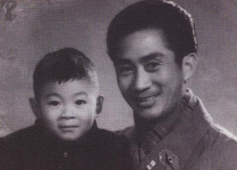 Lục Linh Đồng sinh năm 1924, tên thật là Chương Tông Nghĩa, bắt đầu biểu diễn nghệ thuật từ năm sáu tuổi