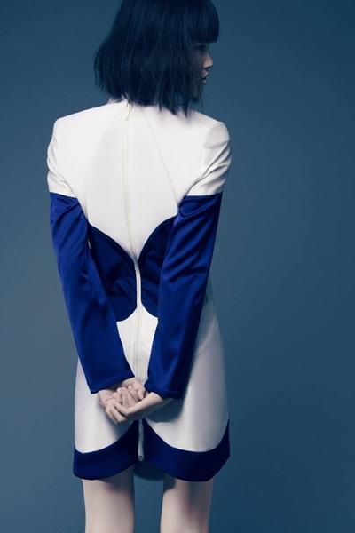Mặc dù chỉ chụp từ phía sau nhưng Chà Mi vẫn thể hiện tốt được ý đồ của bộ trang phục.