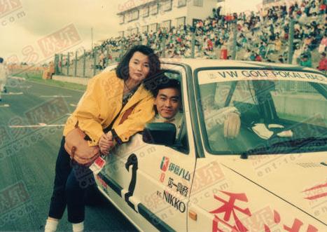 Năm 1987, khi chân ướt chân ráo vào làng giải trí, Mạn Ngọc bị hút hồn bởi đạo diễn Hong Kong Nhĩ Đông Thăng.Năm 1988, Nhĩ Đông Thăng tới Nhật Bản tham gia một cuộc thi đua xe. Mạn Ngọc đi theo người tình. Cô quan tâm chăm sóc Đông Thăng chu đáo.