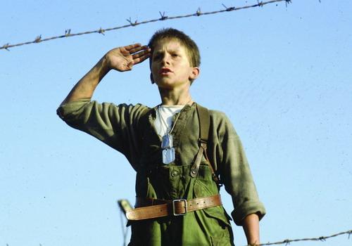 """Christian Bale thưở nhỏ trong phim """"Empire of the Sun"""" của đạo diễn huyền thoại Steven Spielberg."""