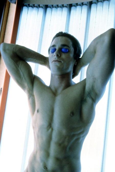"""Christian Bale khoe cơ bắp cuồn cuộn khi vào vai tên sát nhân Patrick Bateman trong """"American Psycho""""."""