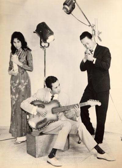 Thái Thanh bận áo vạt dài chứ chưa cao lên gối như kiểu của thập niên 1970
