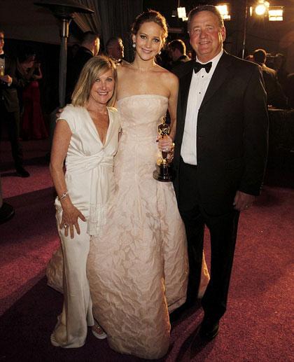 Ông Gary và bà Karen Lawrence chúc mừng con gái Jennifer đoạt Oscar 2013.