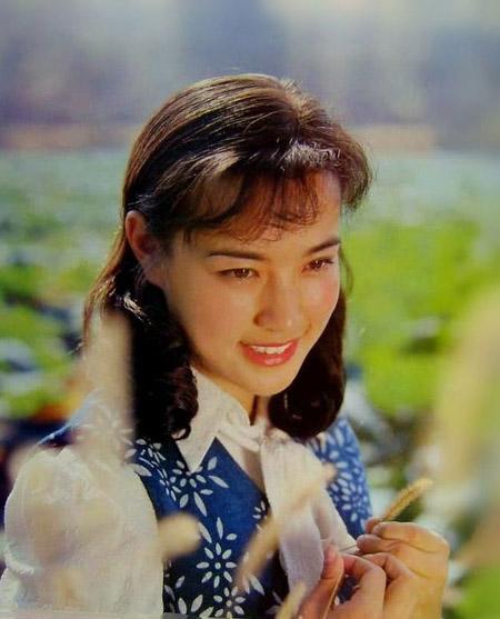 Người chồng đầu tiên của Lưu Hiểu Khánh là tay violin Vương Lập. Không yêu Vương Lập nhưng người đẹp quyết định lấy anh với mục đích được chuyển tới Bắc Kinh, nhằm phát triển sự nghiệp. Đến thủ đô Trung Quốc, cô nhận ra mình sai lầm vì hoàn toàn không rung động trước Vương Lập. Cưới chồng được hai ngày, Hiểu Khánh đã cảm thấy chán ngán và khao khát được giải phóng. Diễn viên từng nói, hồi đó cô thấy mình thật khốn nạn. Năm 1989, Hiểu Khánh phát biểu: Tôi thấu hiểu một điều rằng hôn nhân không tình yêu là hôn nhân không đạo đức.