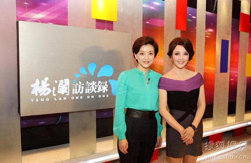 Tháng 10/2012, khi làm khách mời chương trình nói chuyện với người dẫn chương trình nổi tiếng Dương Lan, Lưu Hiểu Khánh nói: Tôi cảm thấy cả cuộc đời mình luôn trốn chạy hôn nhân& Lần nào cũng vậy, tôi bị người khác theo đuổi, theo đuổi đến chóng mặt, rồi giục cưới. Thế rồi kết hôn. Trước câu hỏi: Có phải đàn ông luôn cảm thấy khổ sở khi sống với một người phụ nữ mạnh mẽ như chị?, diễn viên nói: Chẳng khổ chút nào. Thật ra tôi là một và vợ tuyệt vời, tôi rất biết chăm sóc người khác. Vì thế tôi cảm thấy họ đều nhung nhớ về tôi.